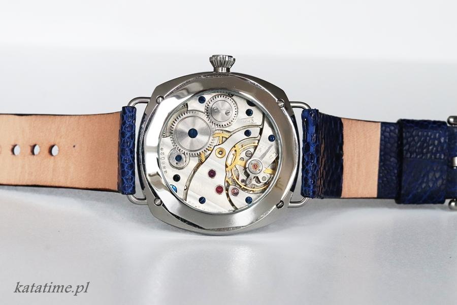 Tył Zegarka z przeszklonym deklem. Dekiel nadaje się do naniesienia elementów graficznych na szkle i na części stalowej.